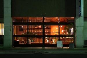 夜のmatka。大きなガラス戸が印象的。